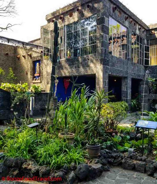 frida kahlo courtyard