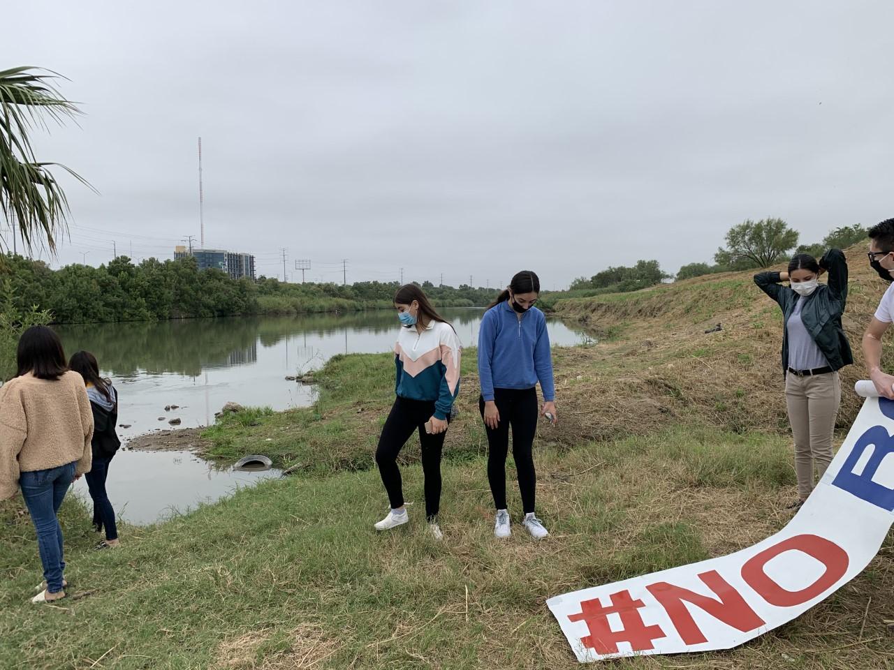 A un lado del Río Bravo contra Muro fronterizo