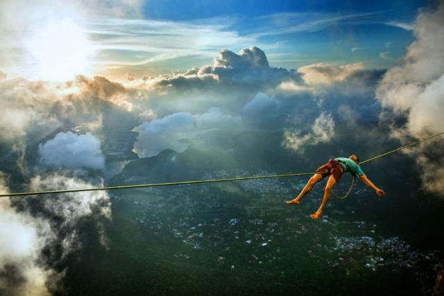 Extreme-Walk-by-Brian-Mosby-on-a-Tightrope-at-an-Altitude-of-850-Meters-Near-Rio-de-Janeiro-10