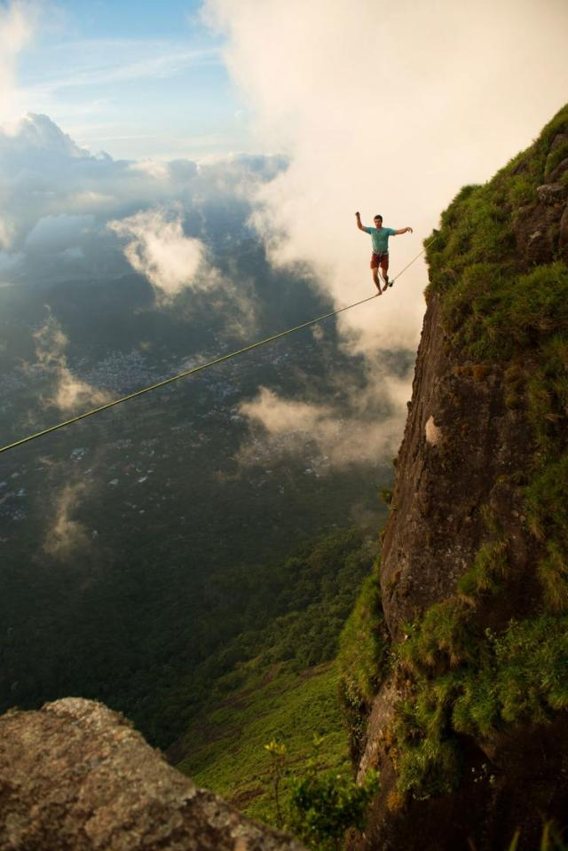 Extreme-Walk-by-Brian-Mosby-on-a-Tightrope-at-an-Altitude-of-850-Meters-Near-Rio-de-Janeiro-6