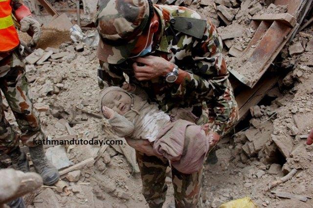 bebe-4-meses-rescatado-terremoto-nepal (3)