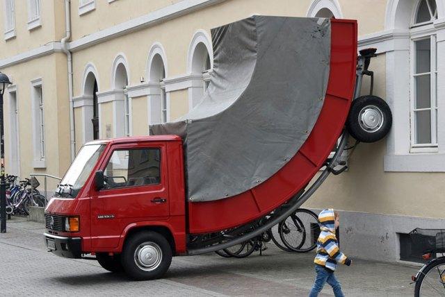 camion-doblado-erwin-wurm-alemania (1)