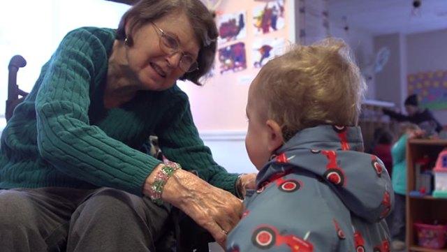 ninos-preescolar-residencia-ancianos-amistad (4)