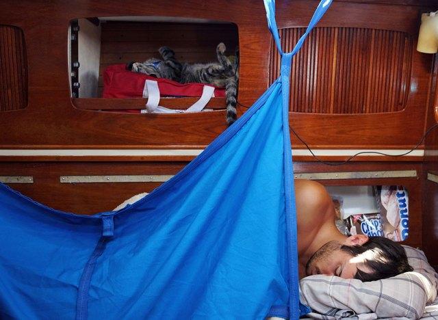 pareja-viajes-mundo-barco-gato-matt-jessica-johnson (6)