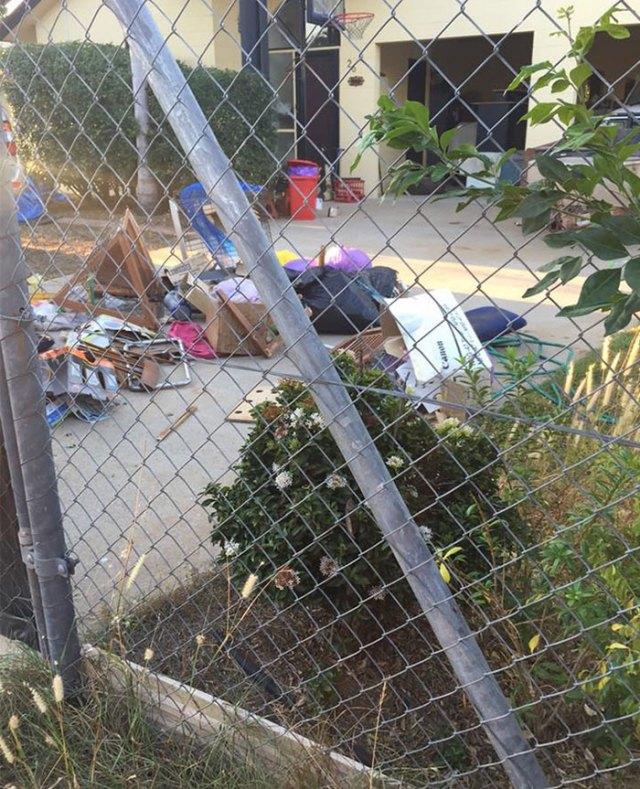 basura-ilegal-devuelta-casa-frederick-tomlinson-australia (3)