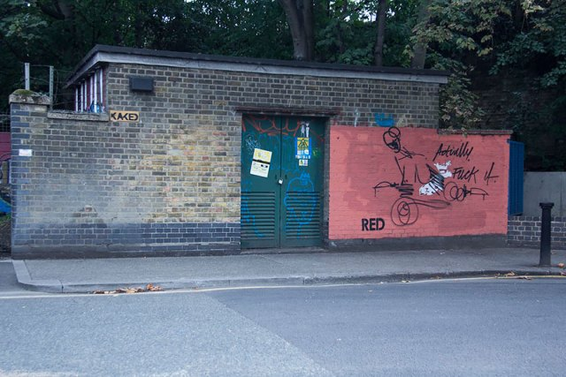 experimento-grafitti-pared-roja-limpieza-mobstr-londres (27)