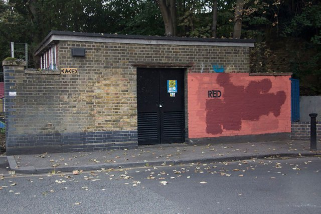 experimento-grafitti-pared-roja-limpieza-mobstr-londres (33)
