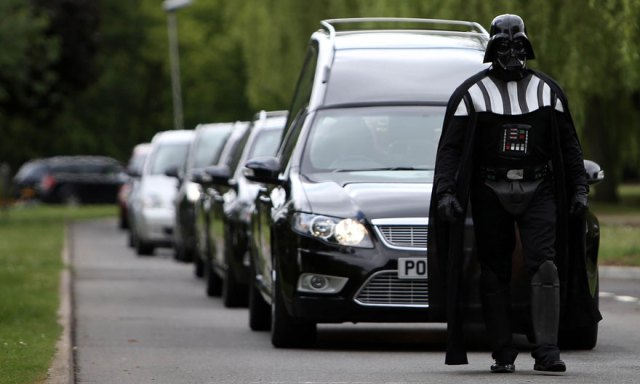 funeral-lorna-johnson-dirigido-darth-vader-luton (1)