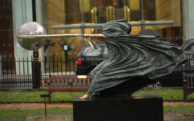 esculturas-fuerza-naturaleza-lorenzo-quinn (1)