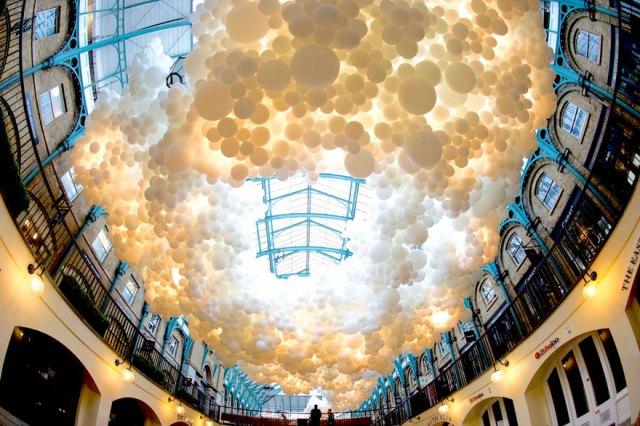 instalacion-globos-mercado-covent-garden-charles-petillon (2)