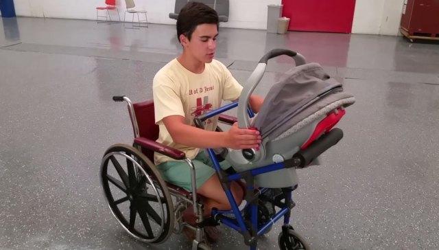 carrito-bebe-unido-silla-ruedas-madre-discapacitada-alden-kane (1)