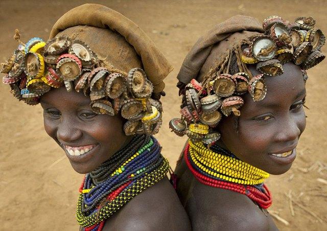 basura-reciclada-adornos-tribus-valle-omo-etiopia-eric-lafforgue (5)