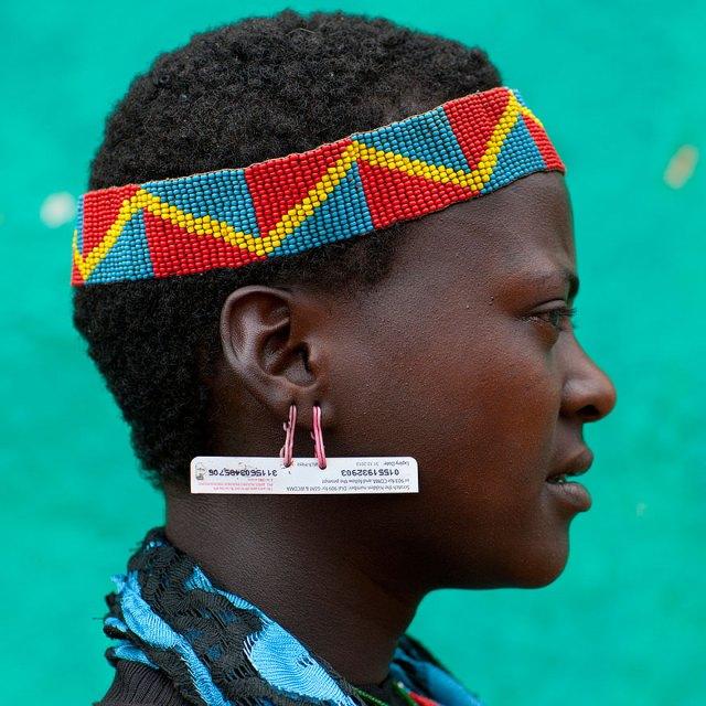 basura-reciclada-adornos-tribus-valle-omo-etiopia-eric-lafforgue (9)