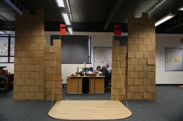castillo-carton-gigante-oficina-karl-young (14)