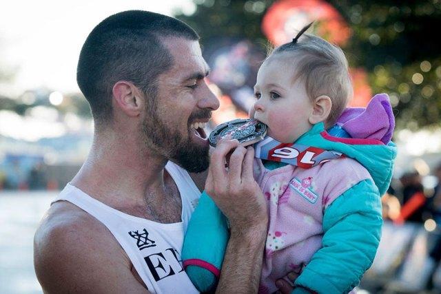 padre-ganador-maraton-carrito-hija-calum-neff (4)