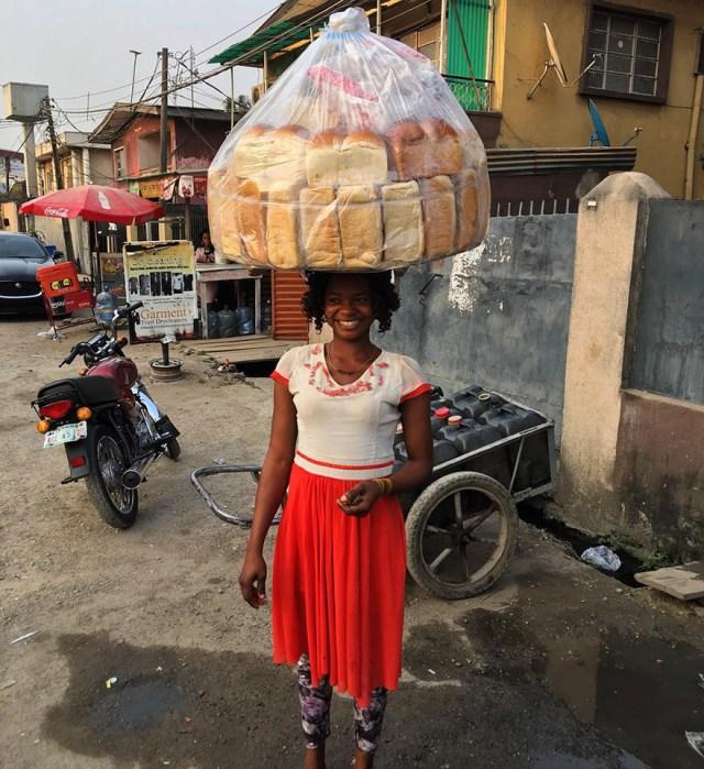 vendedora-pan-photobomb-modelo-nigeria (6)