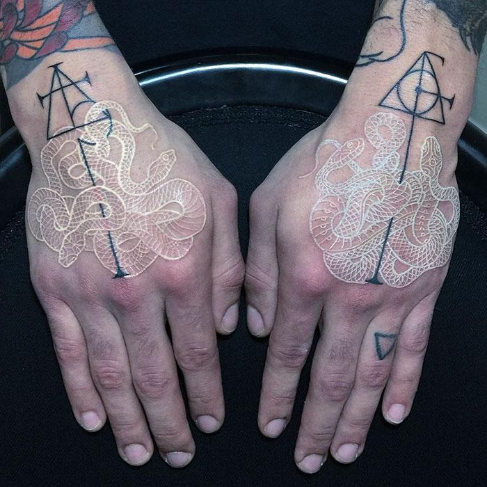 Tatuajes De Serpientes Con Tinta Blanca Y Negra Por Mirko Sata