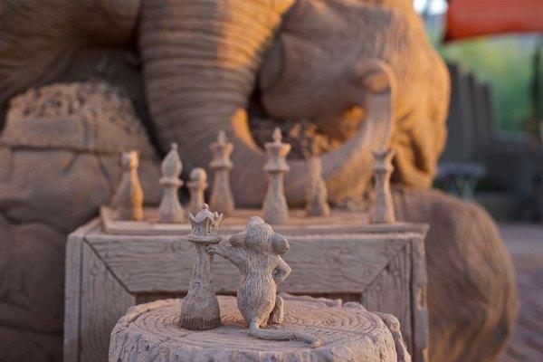 escultura-arena-elefante-raton-ajedrez-ray-villafane-sue-beatrice (7)