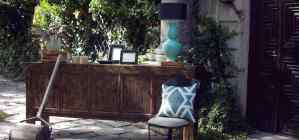 varios muebles en un jardín