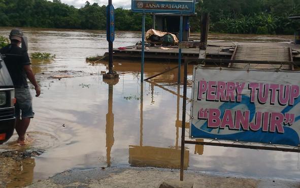 Sungai Kahayan kembali meluap yang menyebabkan feri penyeberangan di Kuala Kurun berhenti beroperasi sementara.