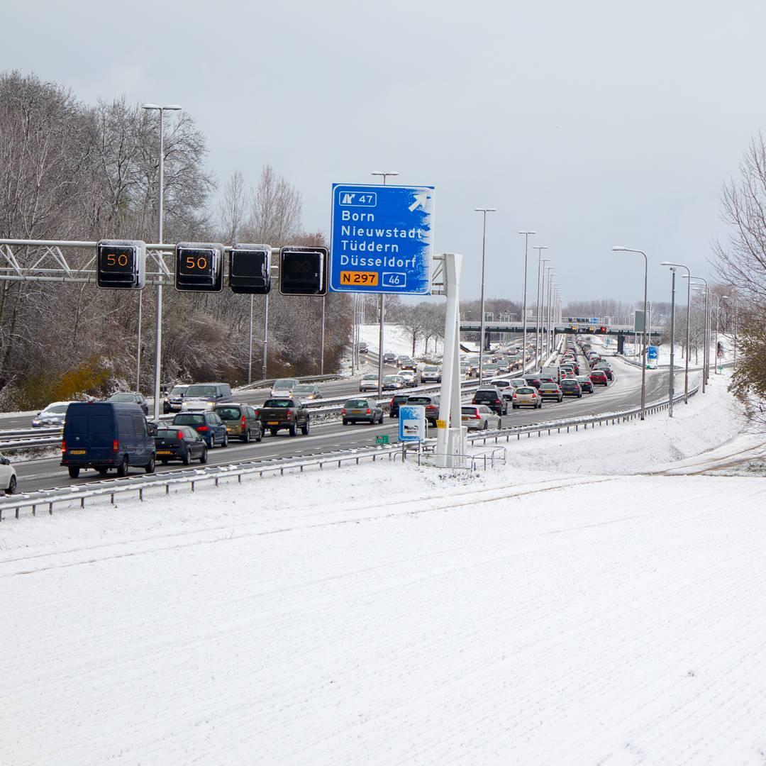 De eerste sneeuw zorgt voor een flinke file.. #born #borninbeeld #limburg #liefdevoorlimburg