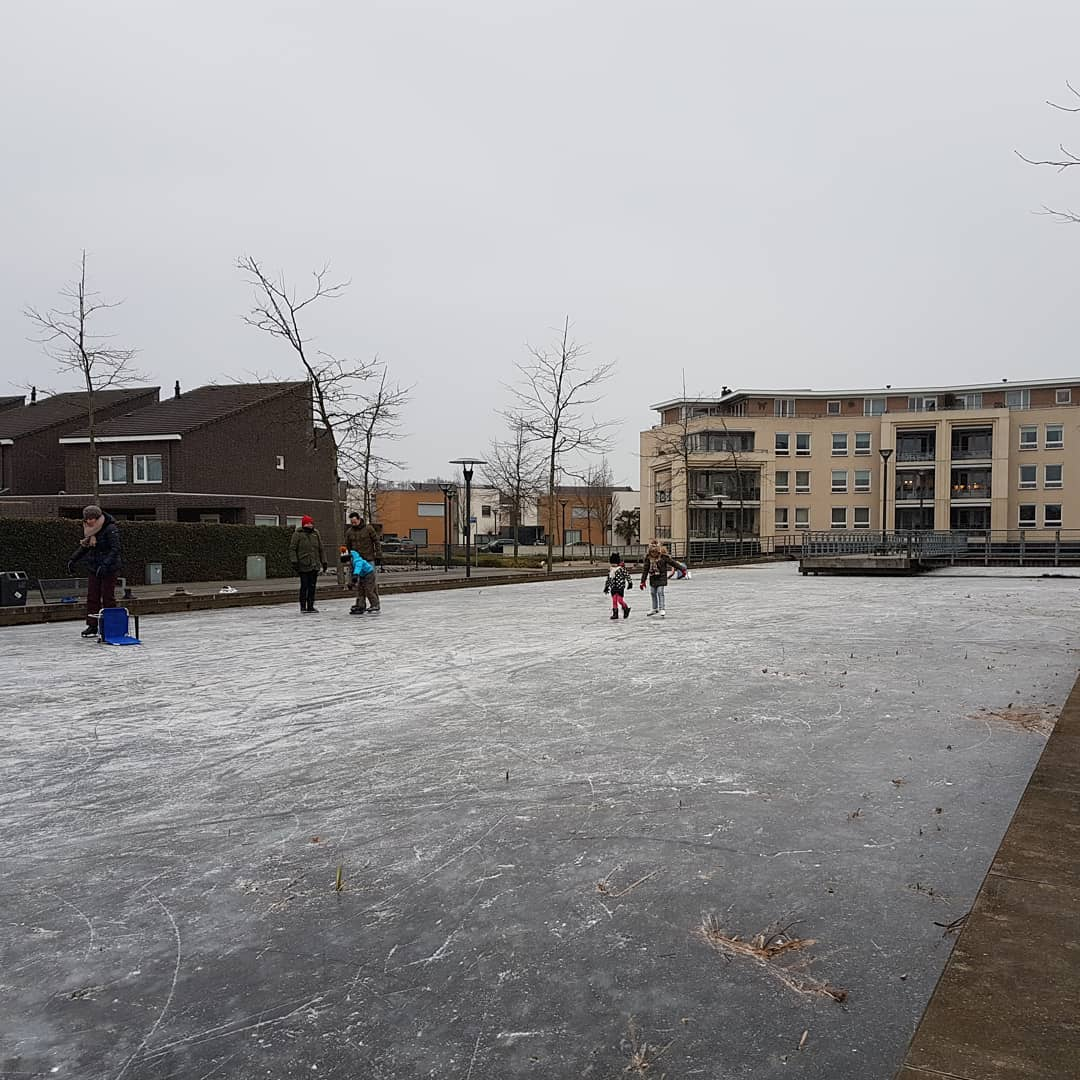 Schaatsen op de vijver bij Aquarius in #born #borninbeeld #schaatsen #limburg #liefdevoorlimburg