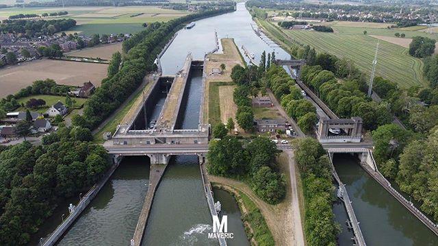 Sluis Bornis een sluizencomplex in hetJulianakanaalin de Nederlandse provincieLimburg. Het complex bestaat uit driesluizennaast elkaar, een oude en twee nieuwe. De oude sluis was een van de vier sluizen over de lengte van het kanaal, dat in 1934 gereedkwam, welke samen een verval van 23 meter moeten overbruggen. De sluizen lagen, in de stroomafwaartse richting, respectievelijk inBorgharen,Born,RoosterenenMaasbracht. Over de sluis (en dus het Julianakanaal) ligt over het benedenhoofd op KM 27,31 een brug met doorvaarhoogte KP +6,95 m, dieGrevenbichtmet Born verbindt. Deze brug is geklasseerd als rijksmonument. Ook de oude sluis is geklasseerd als rijksmonument. In de jaren '60 van de 20e eeuw sloten weliswaar de steenkoolmijnen, maar het scheepvaartverkeer overMaasen Julianakanaal nam almaar toe, zowel wat betreft de beroepsvaart als de pleziervaart, waardoor de capaciteit van het Julianakanaal moest worden vergroot. In 1964 werd daartoe de sluis bijRoosterengesloopt en werden, parallel aan de reeds bestaandeoude sluiste Born, twee nieuwe, en grotere, sluizen gebouwd. Ze kregen door de sloop van Roosteren een groter verval van 11,35 meter, bijna de helft van het totale verval over het kanaal. Er wordt tegenwoordig inBornmet de twee nieuwe sluizen geschut tussenNAP+44,00 m en NAP +32,65 m. De sluizen worden vanaf 2014 bediend vanuitBediencentrale Maasbracht. In 2009/2010 werd de oude sluis gerenoveerd en vervolgens werden, in 2011, de twee oostelijke sluizen (sluis 2 en sluis 3) vergroot, zodat ze geschikt zijn voor schepen tot 190 meter lengte. De middensluis werd verlengd naar 225 meter. 📸 @maveric.drone #sluis #born #sittardgeleen #limburg #inlimburg #nederland #natuur #nature #drone #drohne #dji #djimavic #djimavicmini #mavicmini #droneshots #dronephotography #dronestagram #instadrone #dronepilot #droneoftheday #dronephoto #maveric #borninbeeld #limburginbeeld