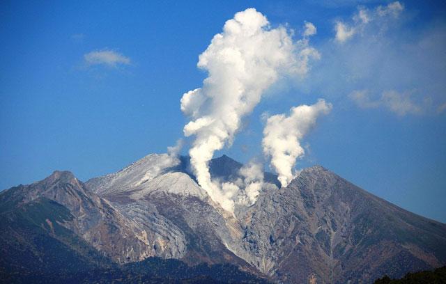 P4 1 2014年御嶽山噴火(Wikipediaより) - 地震は山岳地帯も揺らす<br>登山者は落石・崩落へのイメージも