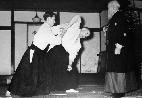 Kisshomaru Ueshiba ile Andre Nocquet Morihei Ueshiba gözetiminde çalışıyor.