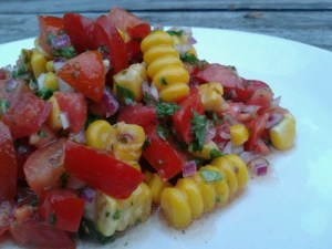sla van mais, tomaat en rode ui