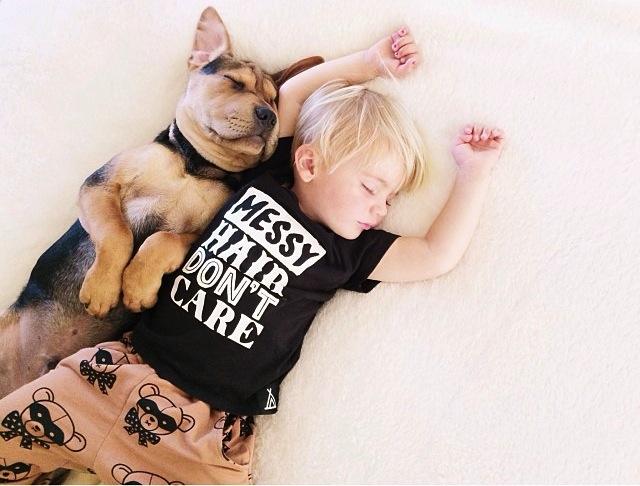 crianca-e-cachorro-dormindo-010