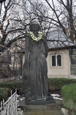 Statuia Mihai Eminescu de la Biserica Uspenia