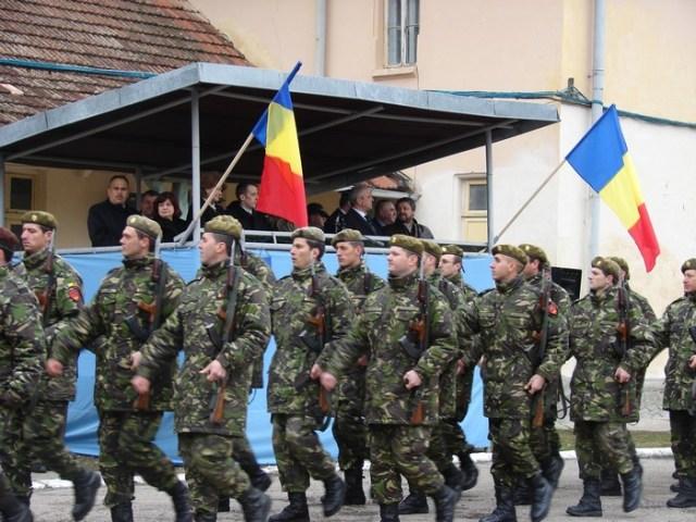Militari defiland de Ziua NATO la Botosani
