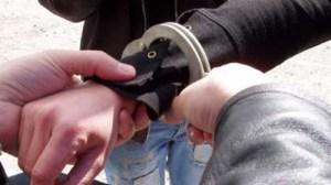 arestat cu catuse pe maini