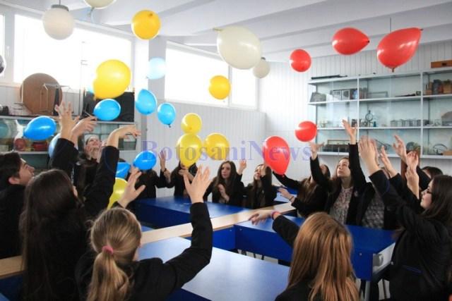 baloane ridicate la cer de elevii Colegiului Mihai Eminescu Botosani