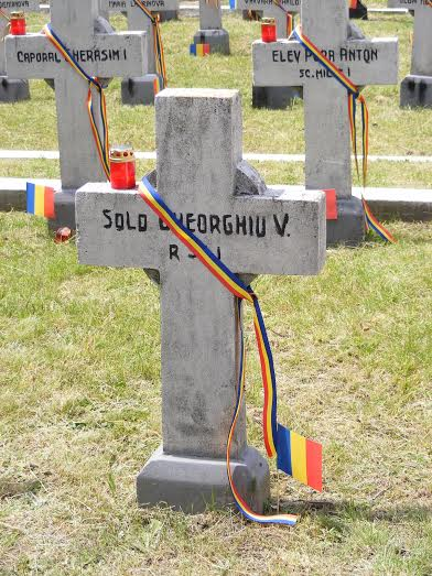 tricolor pe crucile eroilor din Cimitirul Pacea Botosani