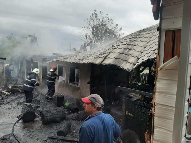 casa distrusa de un incendiu la Saveni- Botosani (7)