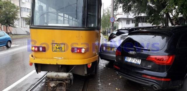tramvai blocat de o masina parcat aiurea in Botosani (2)