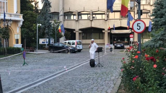 un singur protestatar in Piata Revolutiei din Botosani la un an de la protestele din 10 august