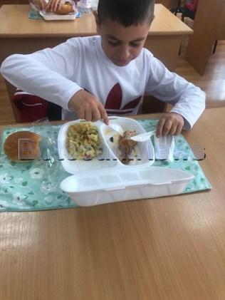 mancare in sistem catering pentru elevii din Draguseni, stiri, botosani (1)