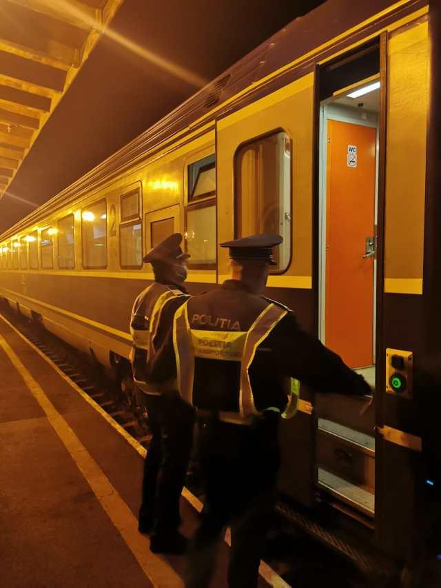 Femeie care cauta trenul om)