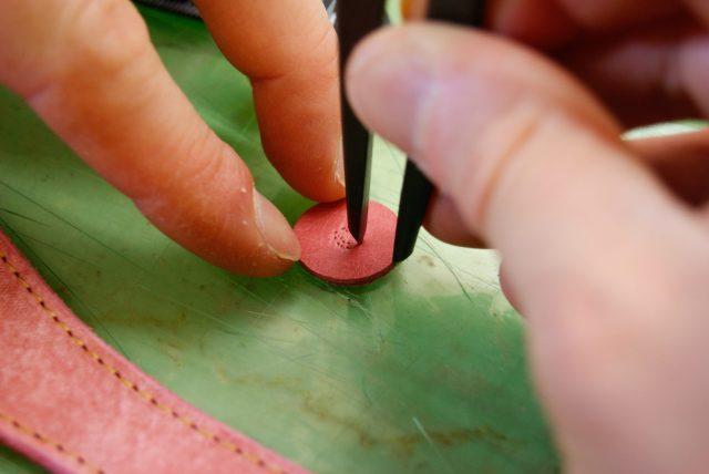 革に穴をあけるための印をつける