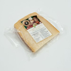 24-month aged Gran Riserva Pecorino cheese from Pienza