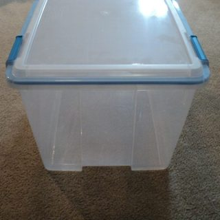 Sterilite gasket box side view closed.