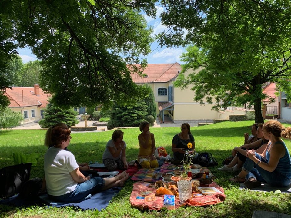 Női kör árnyas fák alatt, családállítás