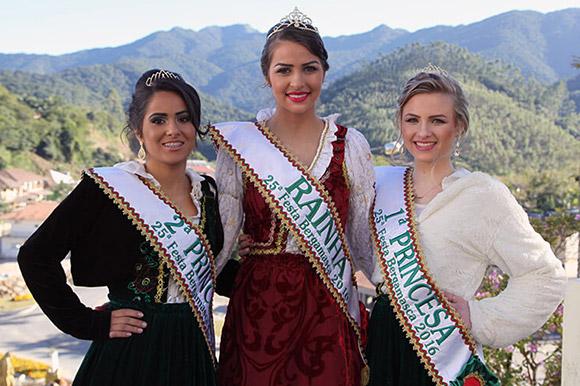2ª Princesa: Kelly Fernanda Luciano; Rainha: Lariane Busquirolli; 1ª Princesa: Poliana Schweigert