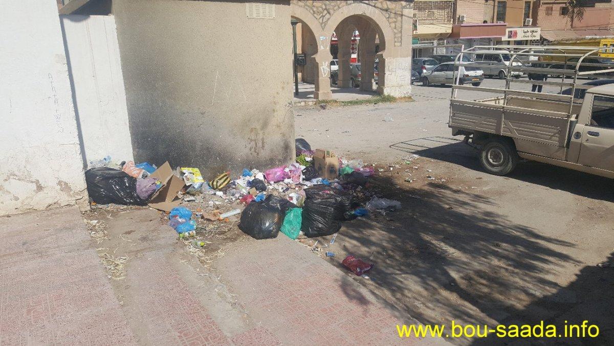 الاوساح مكدسة بحي اولاد حميدة والحاويات متوفرة في المخازن