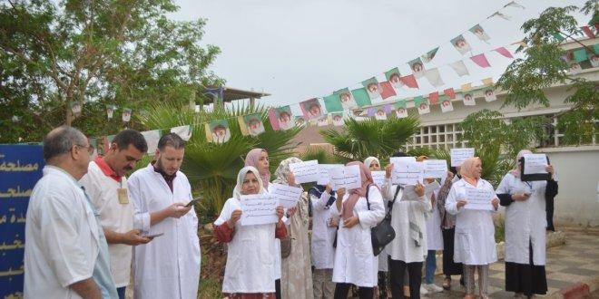 وقفة احتجاجية للاطباء والطاقم الصحي حول فتح نقطة مناوبةعيادة المتعدد الخدمات ملكي عمر
