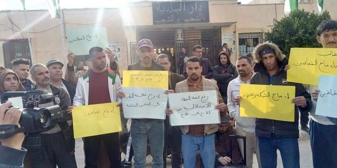 وقفة احتجاجية لعمال بلدية بوسعادة مطالبين بتسوية حقوقهم