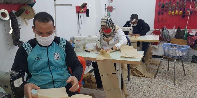 مؤسسة هدروق للخياطة تصمم الكمامات الطبية وتقوم بتوزيعها